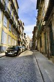 波尔图葡萄牙 8月12日, 2017狭窄的鹅卵石胡同在城市的中心有一个陡坡的和仅一人strolli 库存图片