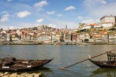 波尔图,葡萄牙:全视图和葡萄酒小船 免版税库存图片