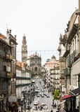 波尔图,葡萄牙:街市和Clérigos教会机智它的著名塔 库存图片