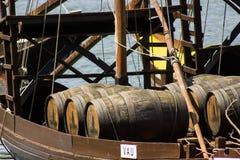 波尔图,葡萄牙:rabelo小船细节有桶的葡萄酒 免版税库存图片