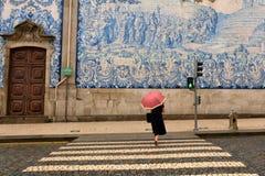 波尔图,葡萄牙- 19 08 2016年:在其中一条的葡萄牙azulejo瓦片老镇的街道 库存图片