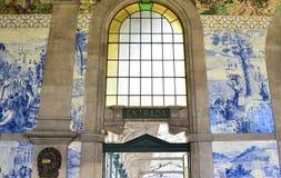 波尔图,葡萄牙- 2017年8月12日:与Azulejo盘区的著名火车站圣地Bento 图库摄影