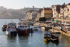 波尔图,葡萄牙- 2018年1月18日:在波尔图市,葡萄牙使在河沿的看法环境美化与美丽的老大厦 免版税库存照片