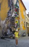 波尔图,葡萄牙- 2017年8月12日:汽车街道画和电枢以野兔的形式在房子墙壁上计算  图库摄影