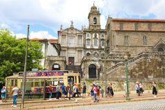 波尔图,葡萄牙- 2018年6月21日:游人下电车在老欧洲市有美丽的São弗朗西斯科教会的波尔图 免版税库存照片