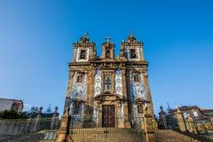 波尔图,葡萄牙- 2017年7月 看起来象一个大教会的两个葡萄牙教会在波尔图实际上被连接 对le 免版税库存图片