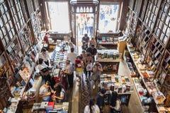 波尔图,葡萄牙- 7月, 04 :参观著名书店的人们 免版税库存图片
