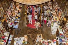 波尔图,葡萄牙- 7月, 04 :参观著名书店的人们 库存照片