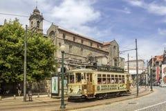 波尔图,葡萄牙- 2015年7月04日:著名遗产黄色电车 库存照片
