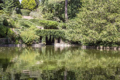 波尔图,葡萄牙- 2015年7月05日:Serralves在波尔图从事园艺,一个绿色公园 免版税图库摄影