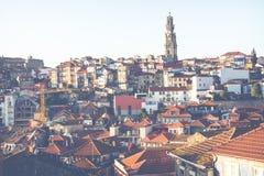 波尔图,葡萄牙- 1月18,2018 :在波尔图、Duoro河, Ribeira区和Dom雷斯桥梁的全景视图 库存照片