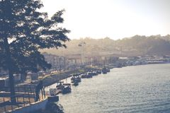 波尔图,葡萄牙- 1月18,2018 :在波尔图、Duoro河, Ribeira区和Dom雷斯桥梁的全景视图 库存图片