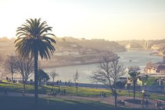 波尔图,葡萄牙- 1月18,2018 :在波尔图、Duoro河, Ribeira区和Dom雷斯桥梁的全景视图 免版税库存照片