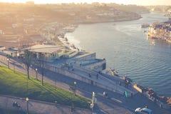 波尔图,葡萄牙- 1月18,2018 :在波尔图、Duoro河, Ribeira区和Dom雷斯桥梁的全景视图 图库摄影