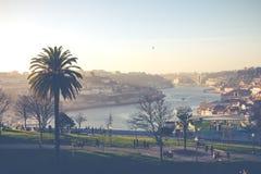 波尔图,葡萄牙- 1月18,2018 :在波尔图、Duoro河, Ribeira区和Dom雷斯桥梁的全景视图 免版税图库摄影