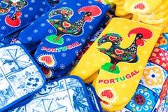 波尔图,葡萄牙- 1月18,2018 :在销售中的被分类的传统葡萄牙纪念品在波尔图,葡萄牙 免版税库存图片