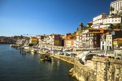 波尔图,葡萄牙- Ribeira,在杜罗河河的传统小船在老镇 免版税图库摄影
