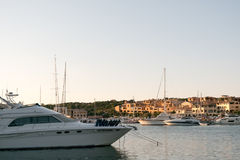 波尔图CERVO,撒丁岛意大利- 07 07 2017小游艇船坞在波尔图Cervo在5月的撒丁岛 免版税库存照片