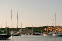 波尔图CERVO,撒丁岛意大利- 07 07 2017小游艇船坞在波尔图Cervo在5月的撒丁岛 库存图片