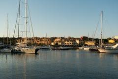 波尔图CERVO,撒丁岛意大利- 07 07 2017小游艇船坞在波尔图Cervo在5月的撒丁岛 免版税库存图片
