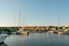 波尔图CERVO,撒丁岛意大利- 07 07 2017小游艇船坞在波尔图Cervo在5月的撒丁岛 免版税图库摄影
