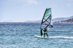 波尔图POLLO, SARDINIA/ITALY - 5月21日:风帆冲浪在波尔图民意测验 库存照片