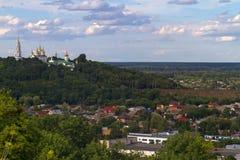 波尔塔瓦十字架兴奋Women& x27; 早晨黎明的s修道院,它的脚的城市 库存图片