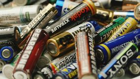 波尔塔瓦,乌克兰, DEC 2014年:不同的类型许多使用的电池  环境的潜在的污秽, 股票录像