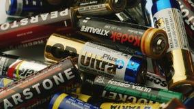 波尔塔瓦,乌克兰, DEC 2014年:许多使用的电池和累加器,对回收的需要 影视素材