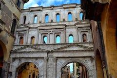 波尔塔Borsari一个古老罗马门在维罗纳 免版税库存照片