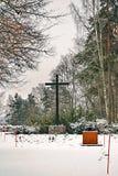波尔沃,芬兰- 2018年12月25日:老有大金属十字架的镇公墓严重围场在冬天雪 库存照片