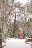 波尔沃,芬兰- 2018年12月25日:老有芬兰Kirche教会的镇公墓严重围场有冬天雪的 免版税库存照片