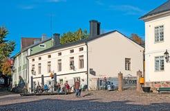 波尔沃 芬兰 咖啡馆的人们在老镇 库存图片
