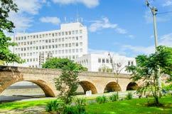 波帕扬,哥伦比亚- 2018年2月06日:乌米利亚德罗砖桥梁室外看法有一个大厦风景的在殖民地居民 免版税库存图片