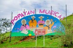 波帕扬,哥伦比亚- 2018年2月06日:位于城市的Morro山的巨大的牌室外看法  免版税库存照片