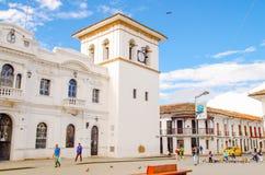 波帕扬,哥伦比亚- 2018年2月06日:在华美的蓝色的一个晴天期间钟楼的室外看法在波帕扬, 图库摄影
