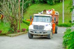 波帕扬,哥伦比亚- 2018年2月06日:室外观点的一辆垃圾收集工汽车的未认出的人在波帕扬镇 免版税库存照片