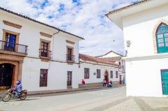 波帕扬,哥伦比亚- 2018年3月31日:室外观点的人走在街道的,白色殖民地大厦在城市 库存图片