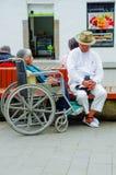 波帕扬,哥伦比亚- 2018年2月06日:室外观点的街道、妇女轮椅的和人的未认出的人 图库摄影