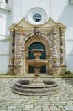 波帕扬,哥伦比亚- 2018年2月06日:扔石头的喷泉室外看法在圣多明哥教会前面的在殖民地城市 免版税库存图片