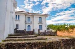 波帕扬,哥伦比亚- 2018年3月31日:白色大厦室外看法与波帕扬镇的扔石头的篱芭的,在a期间 免版税库存照片