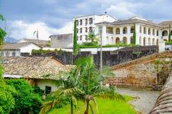 波帕扬,哥伦比亚- 2018年2月06日:走在与一些的老建筑结构的室外观点的未认出的人民 库存图片