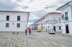 波帕扬,哥伦比亚- 2018年2月06日:进来接近圣多明哥教会的室外观点的未认出的人民 库存图片