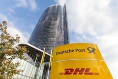 波恩,北莱茵-威斯特法伦/德国- 19 10 18:在主要岗位塔前面的德国邮政标志在波恩德国 免版税库存图片