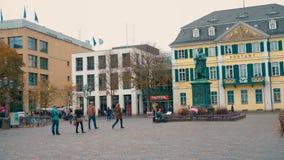 波恩,德国, 23 2017年10月:贝多芬纪念碑在波恩中中环中心在Postamt前面的 股票视频