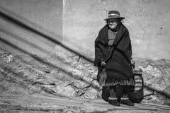 波托西,玻利维亚街道的未认出的玻利维亚的年长妇女  免版税库存图片