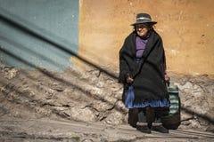 波托西,玻利维亚街道的未认出的玻利维亚的年长妇女  库存照片