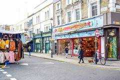 波托贝洛路市场,一条著名街道在诺丁山,伦敦,英国,英国 免版税库存照片