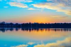 波托马克河,华盛顿特区美国日落 并且树 免版税库存照片