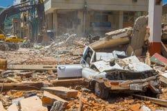 波托维耶霍,厄瓜多尔- 2016年4月, 18日:倒塌的汽车,显示后果7 8毁坏城市的地震 免版税库存照片